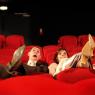 les mariés assis dans une salle de cinéma parisienne
