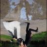 reflet des mariés sur une flaque d