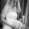 la mariée avec son bouquet photo en noir et blanc (Paris)