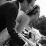 couple de mariés regarde la Seine sur un pont (Paris, 75)