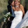le marié embrasse sa femme dans les dunes de Dunkerque