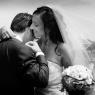 photo lifestyle de la mariée qui aide son mari
