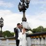 les mariés sur un pont parisien (75)