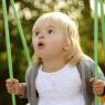 portrait enfant sur balançoire