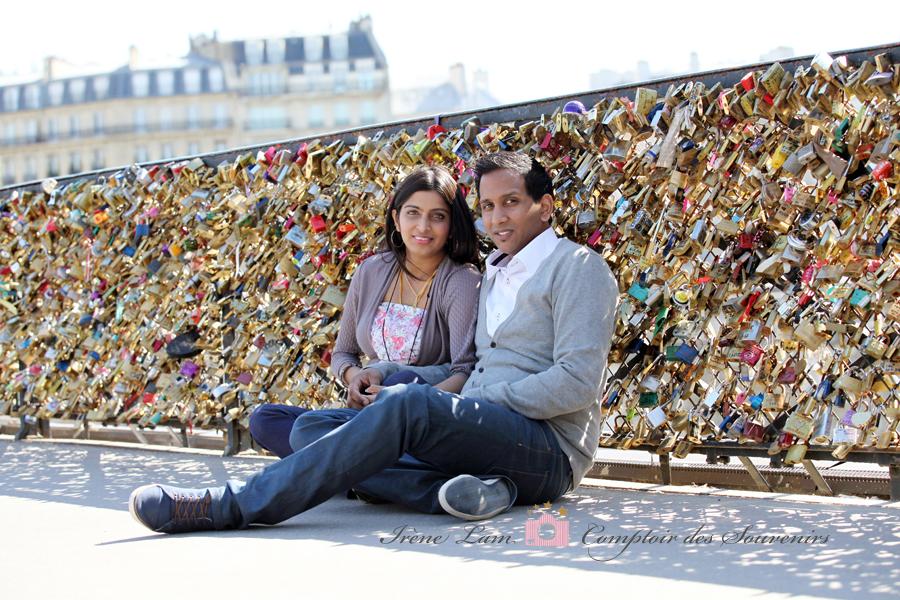 amoureux assis sur pont des cadenas