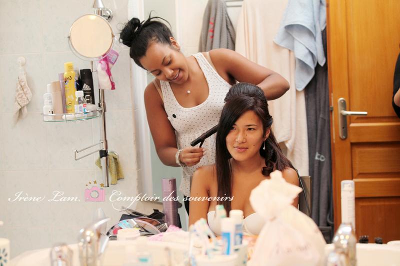 Photo des préparatifs de mariage : la mariée se fait coiffer