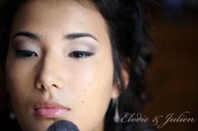 portrait de la mariée lors des préparatifs : le maquillage