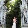 photo des mariés en région parisienne sous une arche en fer