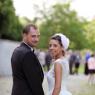 portrait des mariés rejoignant leurs invités pour le cocktail au lac Montevrainl 77