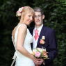 photographie des mariés avec le bouquet dans la verdure ( Seine et Marne)