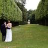 couple de mariés se promenant dans le parc du chateau 77