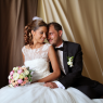 mariée assise avec sa magnifique robe et son bouquet à Montévrain (Seine et marne)