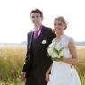 les mariés se promènent à travers les champs 59