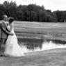 photo noir et blanc couple de mariés au golf d