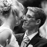 couple mariés se regarde tendrement